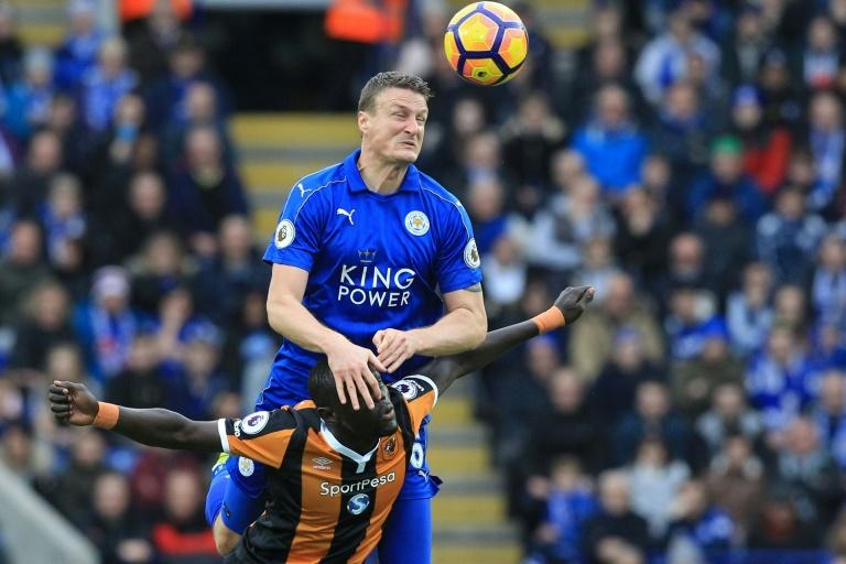 Hull City's striker Oumar Niasse (L) vies with Leicester City's defender Robert Huth during the English Premier League football match March 4, 2017