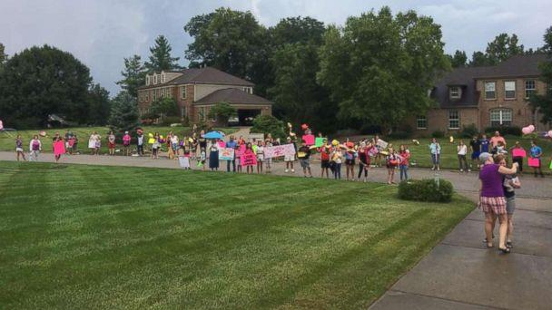PHOTO: Amy Kleiner was surprised by her best friend, Tera Kiser, with a neighborhood parade to celebrate her last chemo treatment. (Courtesy of Tera Kiser)