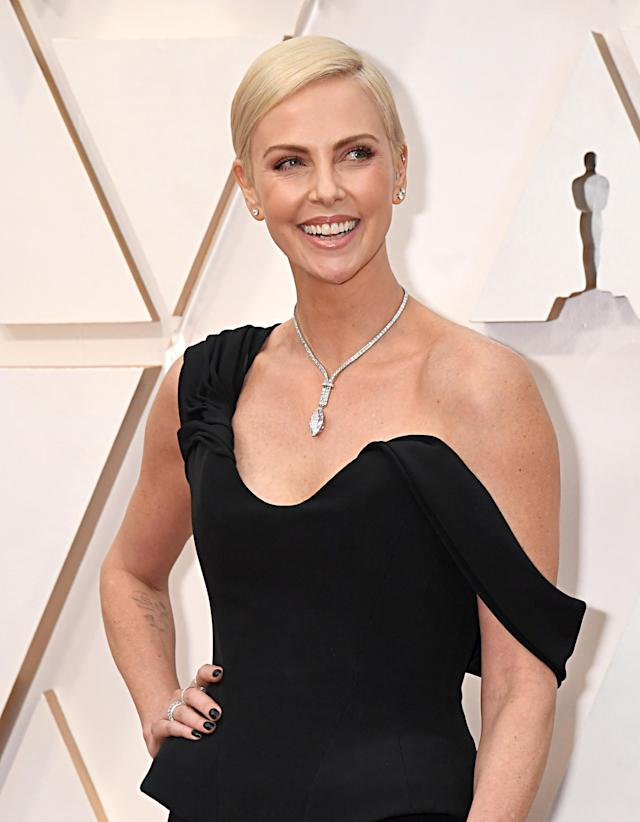 Charlize: Sus joyas de Tiffany & Co llevaban 160 diamantes en los Oscar 2020 (Photo by Jeff Kravitz/FilmMagic)
