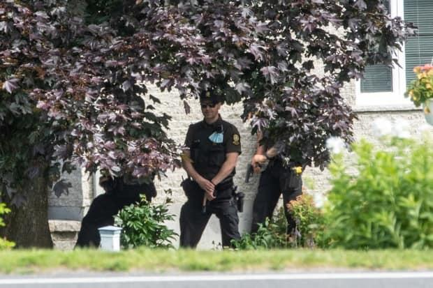 Sûreté du Québec police say they found a man dead in his home after he barricaded himself inside. A woman and two children were taken to hospital by ambulance earlier.  (Steve Jolicoeur/Radio-Canada - image credit)