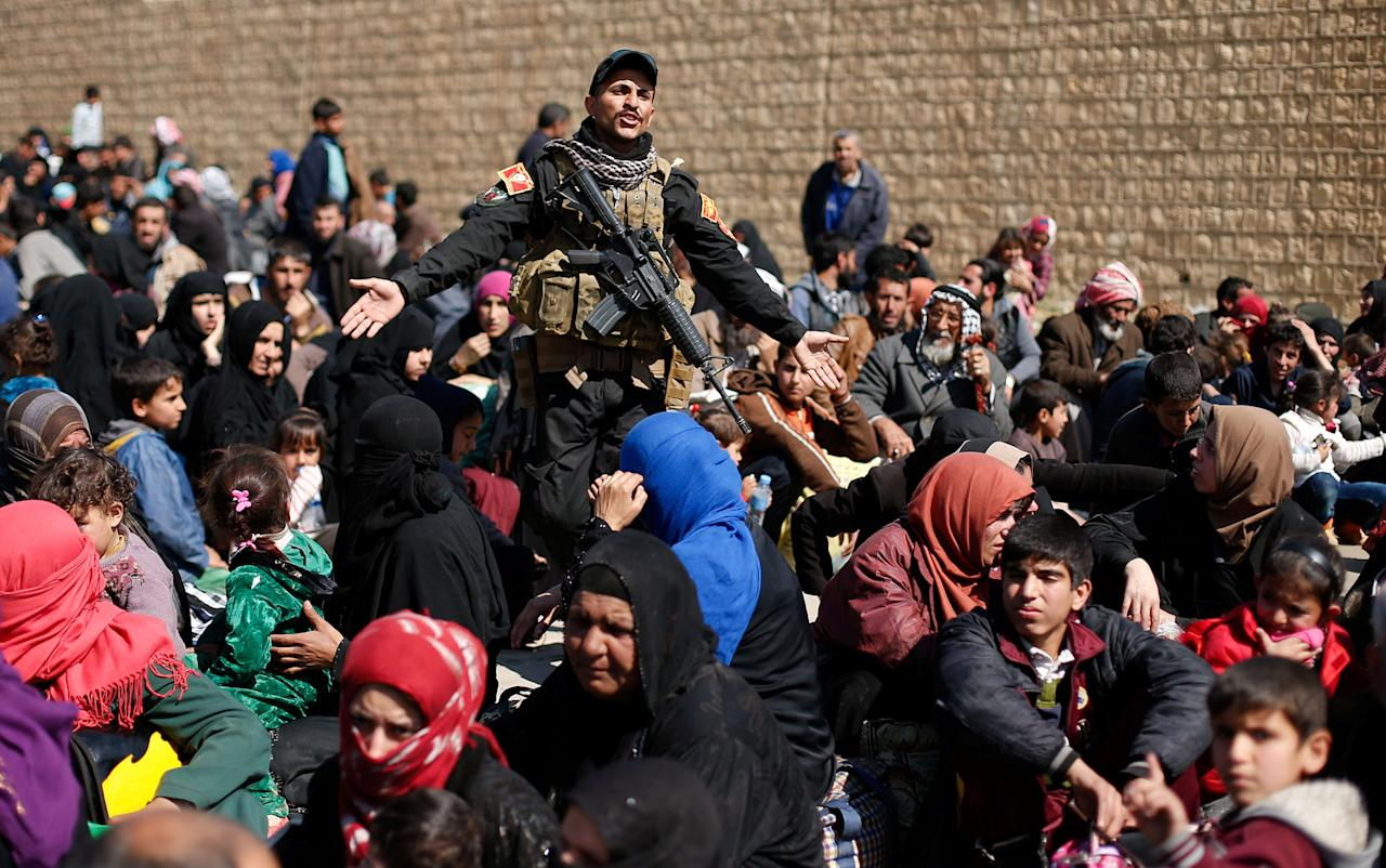 <p>Displaced Iraqis flee their homes as Iraqi forces battle with Islamic State militants, in western Mosul, Iraq March 6, 2017. (Suhaib Salem/Reuters) </p>