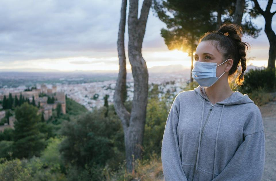 """<span class=""""attribution""""><a class=""""link rapid-noclick-resp"""" href=""""https://www.shutterstock.com/es/image-photo/young-girl-looking-mask-by-covid-1760471417"""" rel=""""nofollow noopener"""" target=""""_blank"""" data-ylk=""""slk:Shutterstock / Martley"""">Shutterstock / Martley</a></span>"""