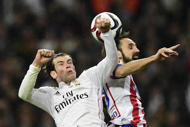Real Madrid's Welsh forward Gareth Bale (L) vies with Atletico Madrid's defender Juanfran during their Spanish Copa del Rey round of 16 second leg football match in Madrid on January 15, 2015 (AFP Photo/Javier Soriano)