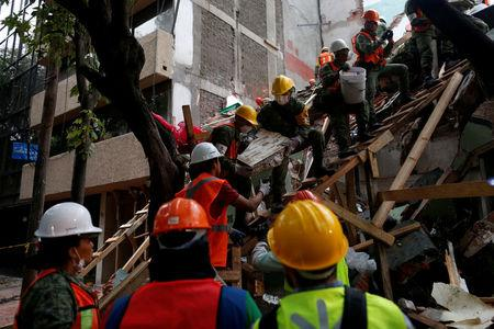 Mexican soldiers and rescue workers search for survivors in a collapsed building after an earthquake in Mexico City, Mexico September 21, 2017. REUTERS/Carlos Jasso