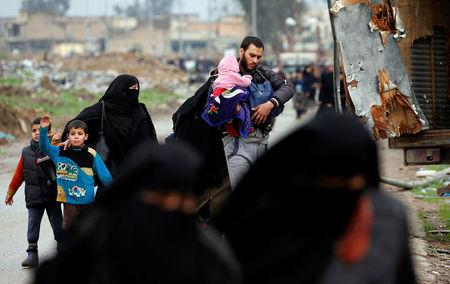 Displaced Iraqi people from different areas in Mosul flee their homes after clashes to reach safe areas, as Iraqi forces battle with Islamic State militants in the city of Mosul, Iraq March 18, 2017. REUTERS/Youssef Boudlal