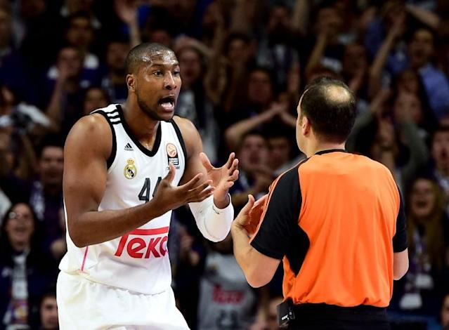 Real Madrid's US forward Marcus Slaughter (L) argues with a referee during the Euroleague basketball Top 16 round 6 match Real Madrid vs FC Barcelona at the Palacio de Deportes in Madrid on February 5, 2015