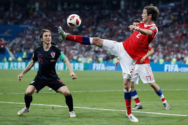 <p>Mario Fernandes anticipa Luka Modric. / AFP PHOTO / Adrian DENNIS / RESTRICTED TO EDITORIAL USE – NO MOBILE PUSH ALERTS/DOWNLOADS </p>