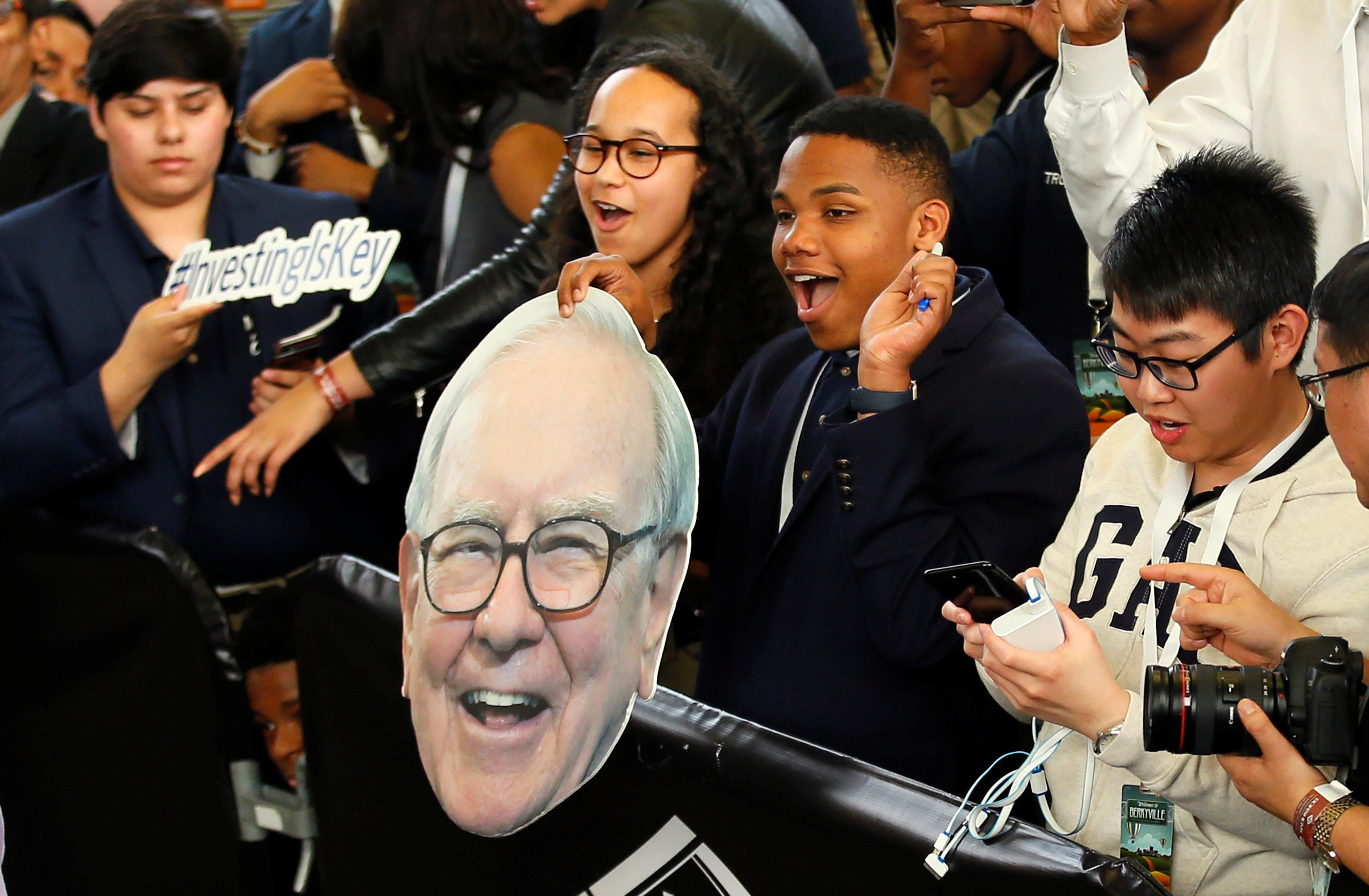 Students cheer the arrival of Berkshire Hathaway CEO Warren Buffett during the Berkshire Hathaway annual meeting weekend in Omaha, Nebraska, U.S. May 7, 2017. REUTERS/Rick Wilking