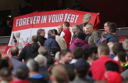 Britain Football Soccer - Arsenal v Manchester City - Premier League - Emirates Stadium - 2/4/17 Arsenal fans hold up a banner in referenece to Arsenal manager Arsene Wenger Reuters / Eddie Keogh Livepic