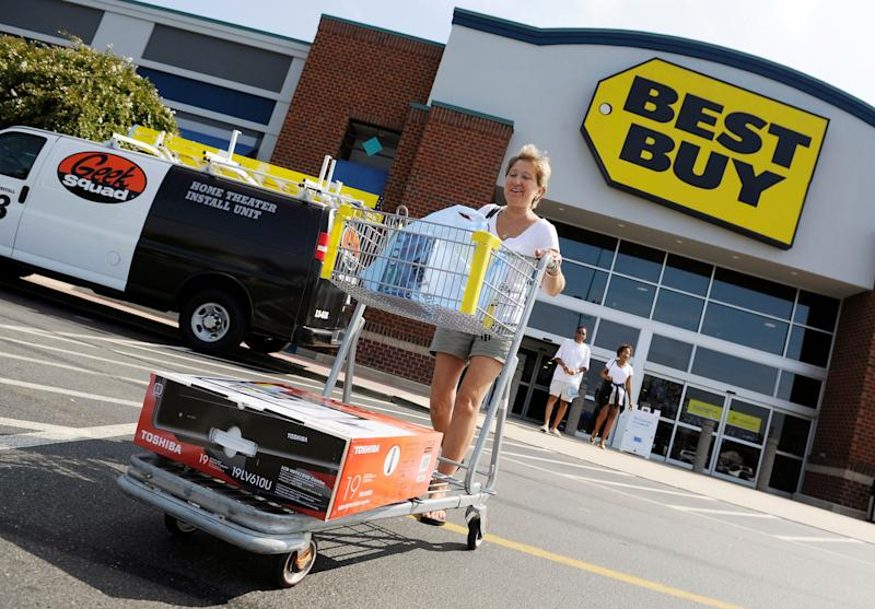 Michele Turco leaves a Best Buy store with her purchases in Alexandria, Virginia, September 15, 2009. Best Buy Co's quarterly profit missed estimates on Tuesday as sales of lower-margin products like notebook computers and promotional efforts to woo shoppers ate into the top U.S. consumer electronics chain's margins. Best Buy, however, raised its forecast for the fiscal year as it saw sales trends improving, customer traffic stabilizing and continued to gain market share after main rival Circuit City closed its doors early this year. REUTERS/Jonathan Ernst (UNITED STATES BUSINESS SCI TECH)