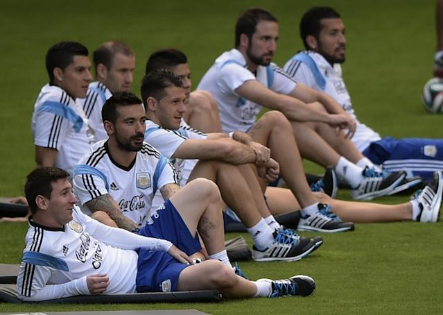 """Argentina forward Lionel Messi (L) pictured with teammates during a training session at """"Cidade do Galo"""", the team's base camp in Vespasiano, near Belo Horizonte, some 470 kms north of Rio de Janeiro on July 10, 2014 (AFP Photo/Juan Mabromata)"""