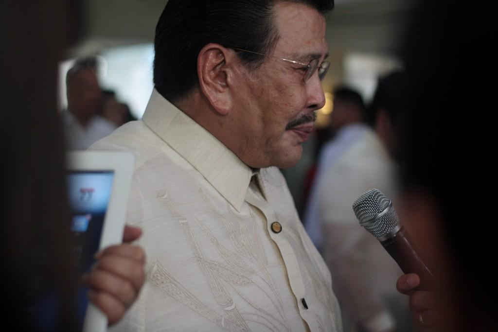 Former president Joseph Estrada arrives at the House of Representatives on July 23 for President Aquino's State of the Nation Address. (Yahoo! Southeast Asia photo)