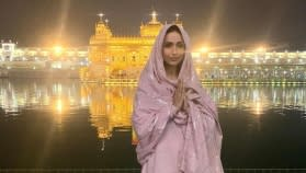 Malaika Arora looks pretty in pink as she offers prayers at Golden Temple