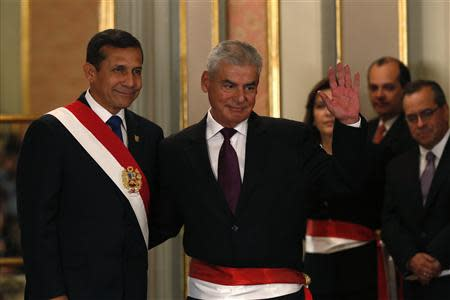 Peru's President Ollanta Humala (L) greets new Prime Minister Cesar Villanueva during the swearing-in ceremony of new members of his cabinet at the government palace in Lima, October 31, 2013. REUTERS/Mariana Bazo