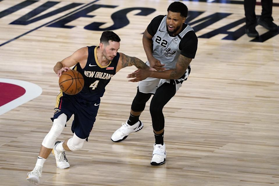 The Pelicans' J.J. Redick drives against the Spurs' Rudy Gay on Aug. 9, 2020.