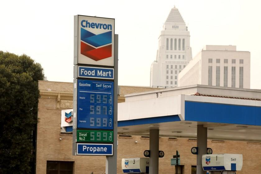 LOS ANGELES, APRIL 22, 2021 - A 900-gallon Chevron station on downtown Alameda Street in downtown Los Angeles has gas prices just under $ 6 a gallon Friday afternoon, October 22, 2021. The average price of a gallon of self-service regular gasoline in Los Angeles County rose today for the 11th day in a row, leading to the largest week-on-week increase since March.  (AL Seib / Los Angeles Times)