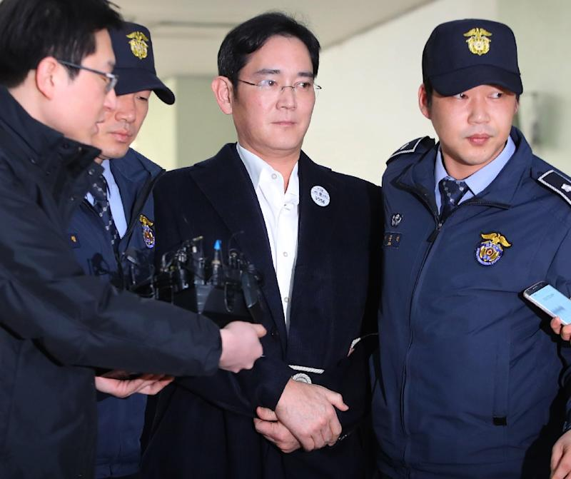 Samsung's de facto head arrested on bribery charges