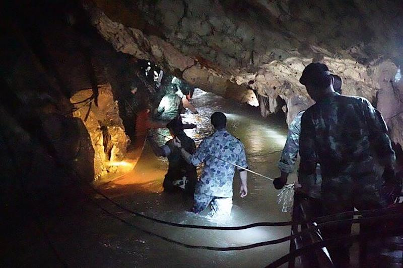Thai navy divers widen cave passage in search for missing boys