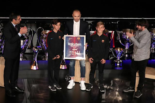 Soccer Football - FC Barcelona Tribute to Andres Iniesta - Auditorium 1899, Barcelona, Spain - May 18, 2018 Andres Iniesta is applauded by FC Barcelona's President Josep Maria Bartomeu as he poses for a photograph after receiving a gift during the presentation REUTERS/Albert Gea
