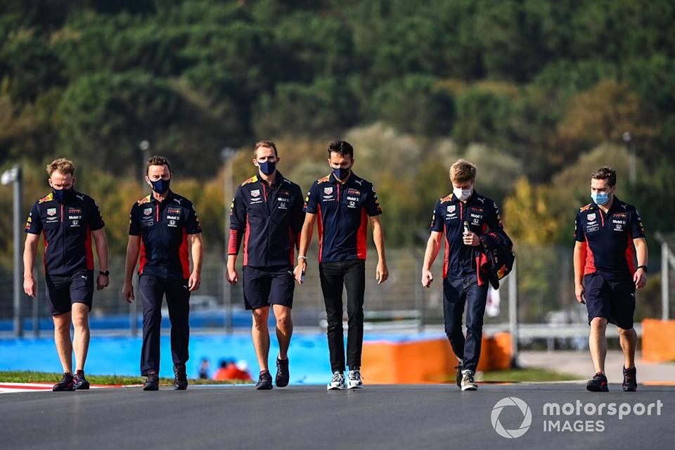"Alex Albon, Red Bull Racing, recorre la pista<span class=""copyright"">Mark Sutton / Motorsport Images</span>"