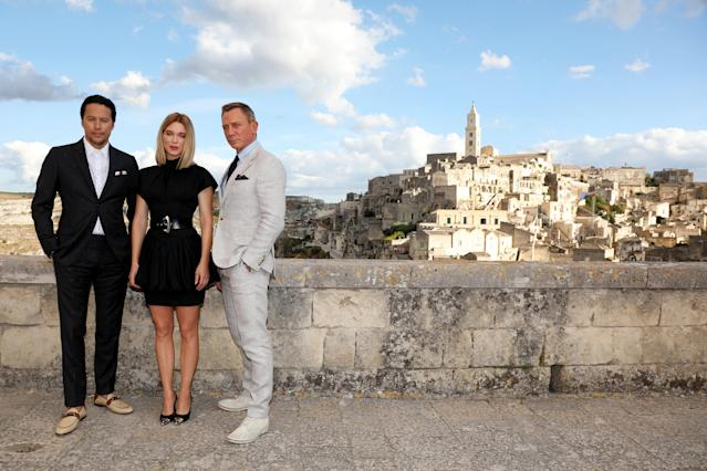 "Director Cary Joji Fukunaga actress Léa Seydoux and actor Daniel Craig pose as they arrive on set of the James Bond last movie ""No Time To Die"", 2019 in Matera, Italy. (Franco Origlia/Getty Images)"