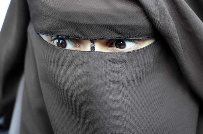 Yemen police shot dead male Al-Qaeda suspects disguised in the niqab full veil (AFP Photo/Miguel Medina)