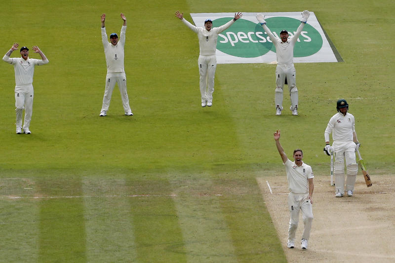 England's Chris Woakes (2R) celebrates taking the wicket of Australia's Steve Smith (R) for 92 runs during play on the fourth day of the second Ashes cricket Test match between England and Australia at Lord's Cricket Ground in London on August 17, 2019. (Photo by ADRIAN DENNIS / AFP) / RESTRICTED TO EDITORIAL USE. NO ASSOCIATION WITH DIRECT COMPETITOR OF SPONSOR, PARTNER, OR SUPPLIER OF THE ECB (Photo credit should read ADRIAN DENNIS/AFP/Getty Images)