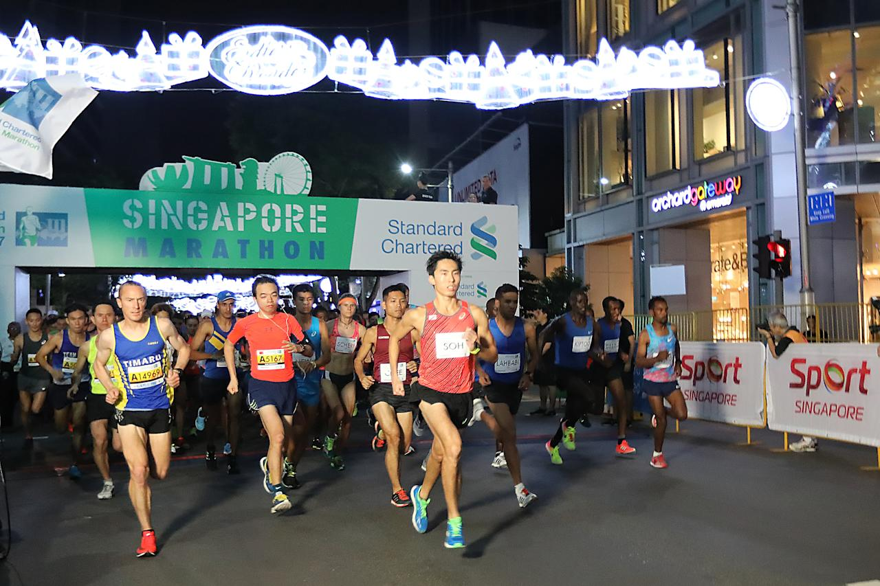 <p>National runner and 2017 SEA Games marathon champion, Soh Rui Yong (front) ran his first ever 42.195km at the Standard Chartered Singapore Marathon 2017.<br /> Photo: Standard Chartered Singapore Marathon 2017 </p>