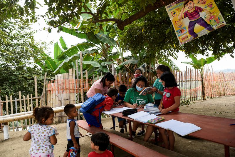 Ecuador teen teaches class under a tree for kids without internet