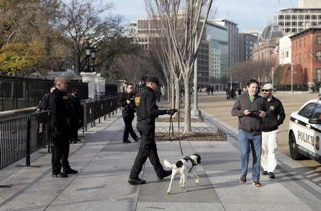 FILE PHOTO: Secret Service agents patrol in front of the White House in Washington November 27, 2015. REUTERS/Joshua Roberts