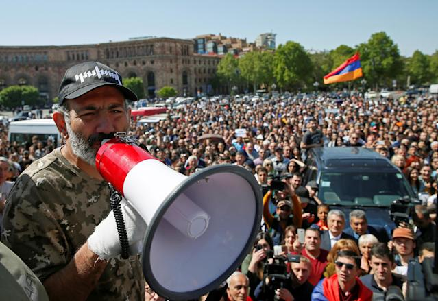Armenian opposition leader Nikol Pashinyan addresses supporters during a rally in Yerevan, Armenia April 25, 2018. REUTERS/Gleb Garanich TPX IMAGES OF THE DAY