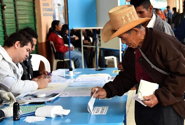 A local resident casts his vote at a polling station in San Juan Sacatepequez, Guatemala, during general elections on September 6, 2015 (AFP Photo/Rodrigo Arangua)
