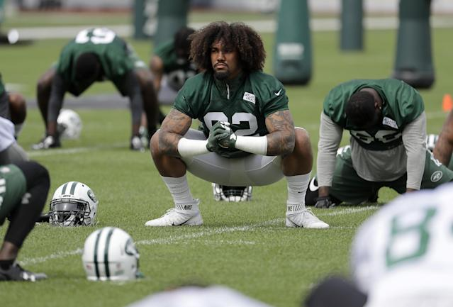 "<a class=""link rapid-noclick-resp"" href=""/nfl/teams/nyj/"" data-ylk=""slk:New York Jets"">New York Jets</a> defensive lineman <a class=""link rapid-noclick-resp"" href=""/nfl/players/28394/"" data-ylk=""slk:Leonard Williams"">Leonard Williams</a> (middle) &nbsp;reportedly was in a video pushing teammate <a class=""link rapid-noclick-resp"" href=""/nfl/players/29254/"" data-ylk=""slk:Darron Lee"">Darron Lee</a> away from an altercation. (AP)"