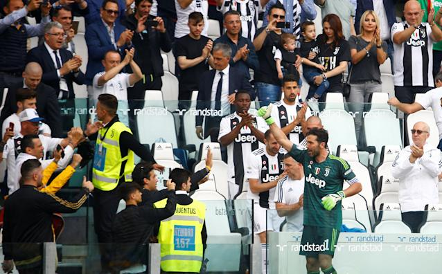 Soccer Football - Serie A - Juventus vs Hellas Verona - Allianz Stadium, Turin, Italy - May 19, 2018 Juventus' Gianluigi Buffon gestures to the fans after being substituted off REUTERS/Stefano Rellandini