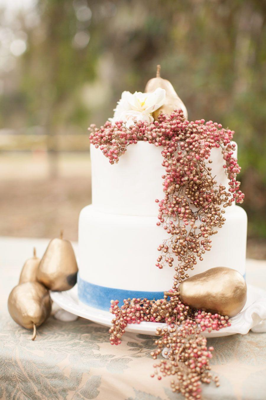 <p>Looking for a way to make your fall wedding cake feel a little elegant? Gold is the way to do so. </p>