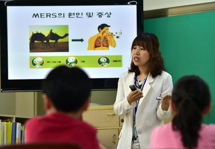 South Korean students attend a special class on MERS virus, at an elementary school in Seoul, on June 3, 2015 (AFP Photo/Jung Yeon-Je)
