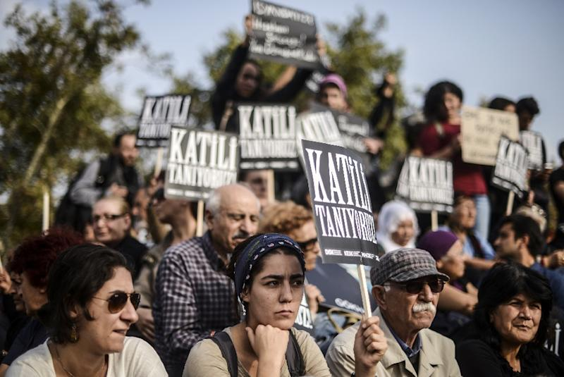 A commemoration for the victims of the October 10 bombings in Ankara is held on October 17, 2015 in downtown Kadikoy, Istanbul (AFP Photo/Bulent Kilic)