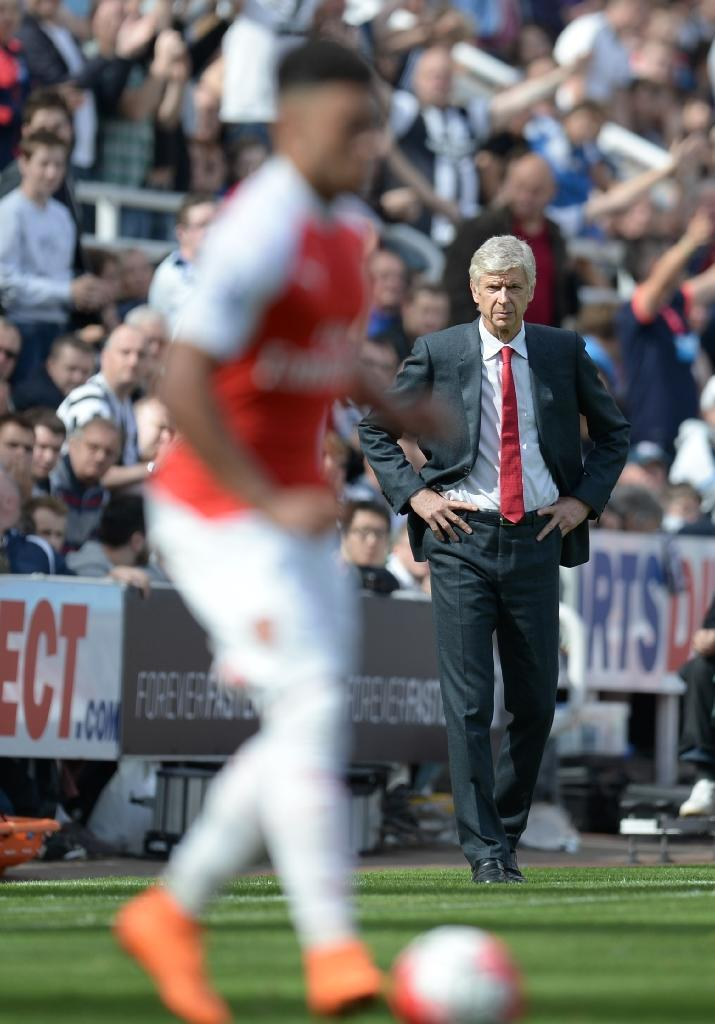Arsenal's manager Arsene Wenger watches the action during their English Premier League match against Newcastle United, at St James' Park in Newcastle-upon-Tyne, on August 29, 2015 (AFP Photo/Oli Scarff)