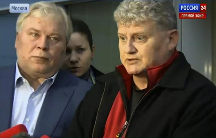 Edward Snowden's father Lon (R), speaks outside Moscow's Sheremetyevo airport on October 10, 2013. Source: Rossia 24