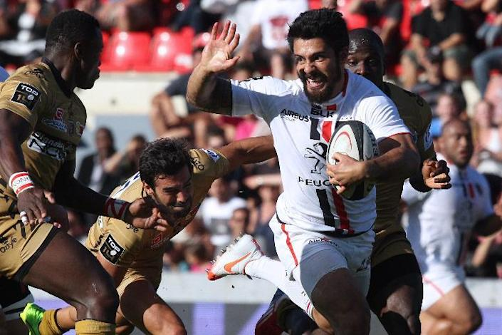 Toulouse's centre Yann David (C) runs with the ball during the French Top 14 rugby union match between Toulouse (Stade Toulousain) and Oyonnax on August 16, 2014 at the Ernest Wallon Stadium in Toulouse, southern France (AFP Photo/Raymond Roig )