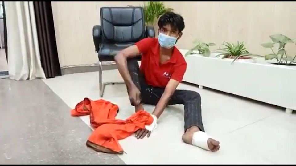 <p>A video shared by the police purports to show the accused confessing to giving himself the injuries</p> (Screengrab/Bareilly Police Video )