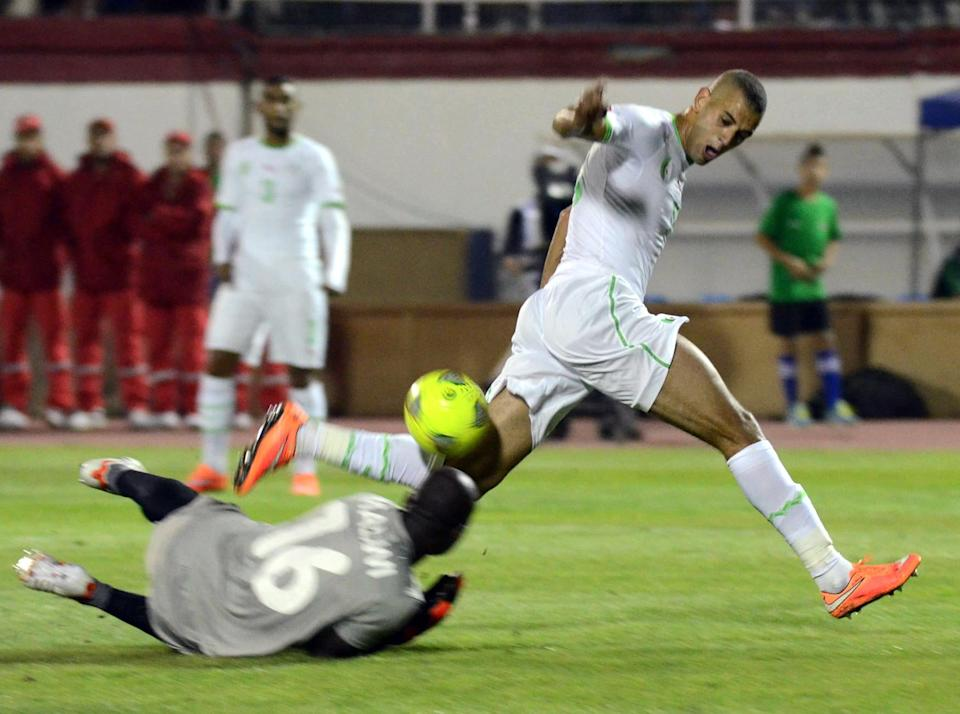 Algeria's Islam Slimani (R) collides with Malawi's goalkeeper during their 2015 Africa Cup of Nations qualifying match, in Blida, on October 15, 2014 (AFP Photo/-)