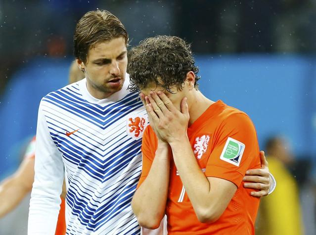 Goalkeeper Tim Krul (L) of the Netherlands consoles his teammate Daryl Janmaat after losing their 2014 World Cup semi-finals against Argentina at the Corinthians arena in Sao Paulo July 9, 2014. REUTERS/Darren Staples (BRAZIL - Tags: SOCCER SPORT WORLD CUP)