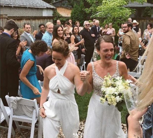 Kristen Stewart & her girlfriend crashed a lesbian couple's wedding