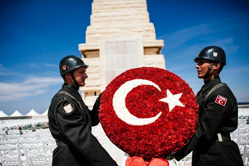 Turkish soldiers rehearse their movements at the Helles Memorial prior to a service marking the 100th anniversary of the start of the Battle of Gallipoli in Canakkale, on April 24, 2015 (AFP Photo/Dimitar Dilkoff)