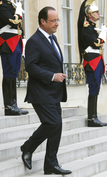 French President Francois Hollande welcomes Polish Prime Minister Donald Tusk prior to their meeting at the Elysee palace in Paris, Thursday, April 24, 2014 (AP Photo/Jacques Brinon)