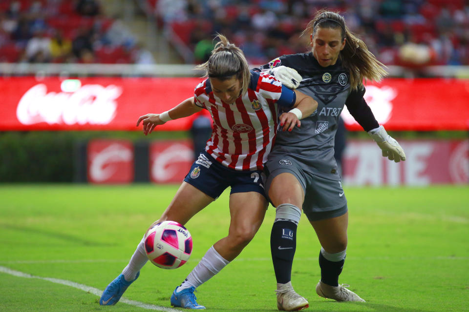 ZAPOPAN, MEXICO - OCTOBER 11: Alicia Cervantes (L) of Chivas fights for the ball with Renata Masciarelli (R) goalkeeper of America  during a match between Chivas and America as part of the Torneo Apertura 2021 Liga BBVA MX at Akron Stadium on October 11, 2021 in Zapopan, Mexico. (Photo by Alfredo Moya/Jam Media/Getty Images)