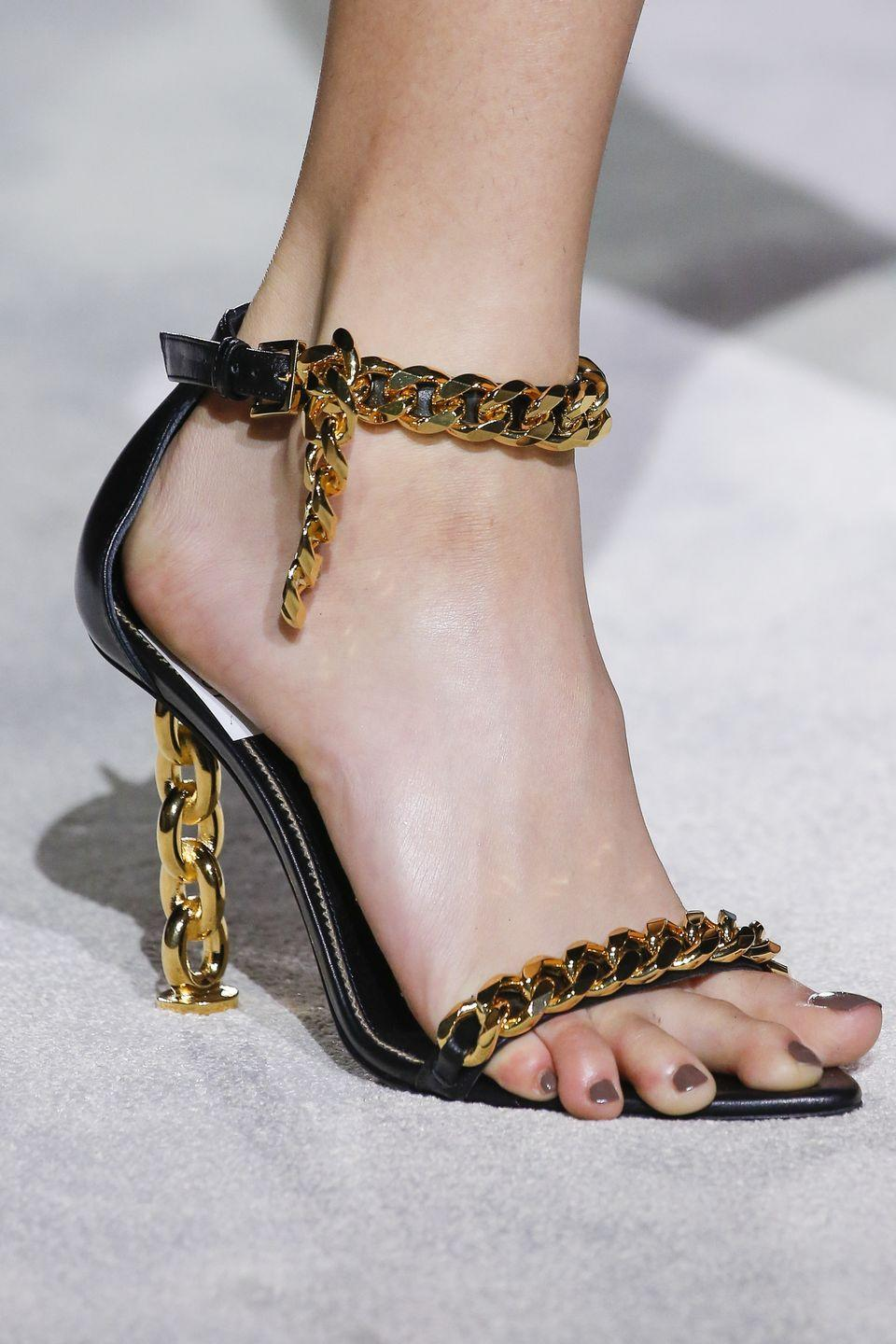 <p>Ford gives chain-detailing a new meaning with a Cuban link-inspired heel on the catwalk. </p>