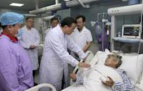 Chinese Premier Li Keqiang (3rd R) talks to an injured woman as he visits survivors of a ship which sank at the Jianli section of the Yangtze River, at a hospital in Jianli, Wuhan province, China, June 2, 2015. REUTERS/cnsphoto