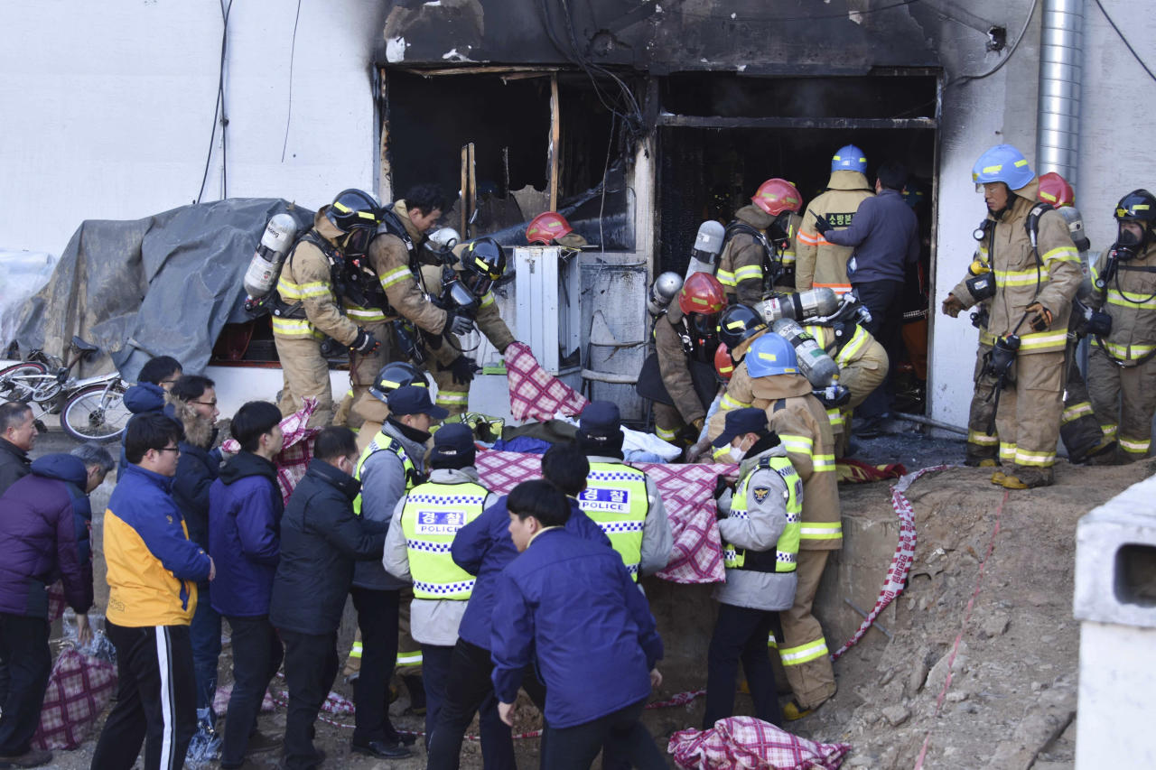 <p>Rescue teams remove bodies from a hospital fire in Miryang, South Korea, Friday, Jan. 26, 2018. (Photo: Kim Gu Yeon/Gyeongnam Domin Ilbo via AP) </p>
